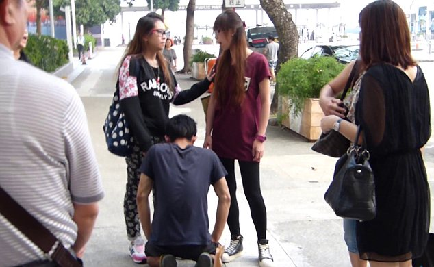 Argument: The other girl and bystanders tried to persuade Cheng to stop hitting her boyfriend