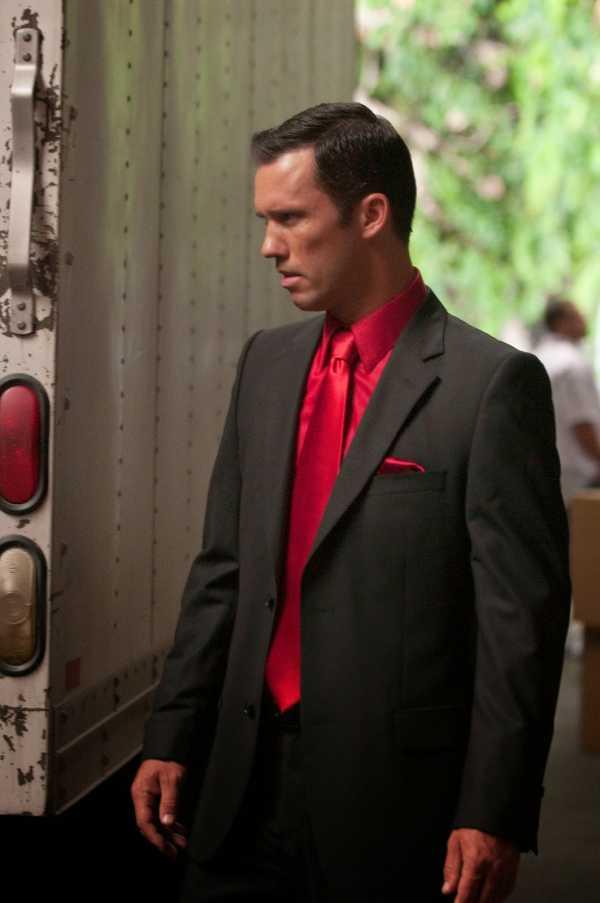 1538c11946b2681 Нужно быть уверенным в себе чтобы носить красную рубашку. Если быть в  центре внимания не ваша цель — подерите красную рубашку более сдержанных  тонов: ...